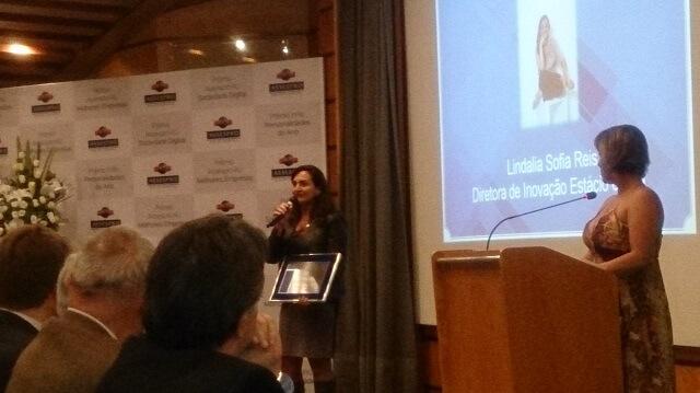 """A Sr.a Lindalia Sofia Junqueira Reis, Diretora de Inovação da Universidade Estácio, recebeu o Prêmio de """"Destaque Inovação"""". A Sr.a Lindalia é tambémFundadorado Espaço NAVE, Núcleo de Aceleração de Start-Ups, em que o Dr. Fukuda foi um dos Membros Fundadores e um dos Avaliadores e Mentores das Start-Ups do Espaço NAVE."""
