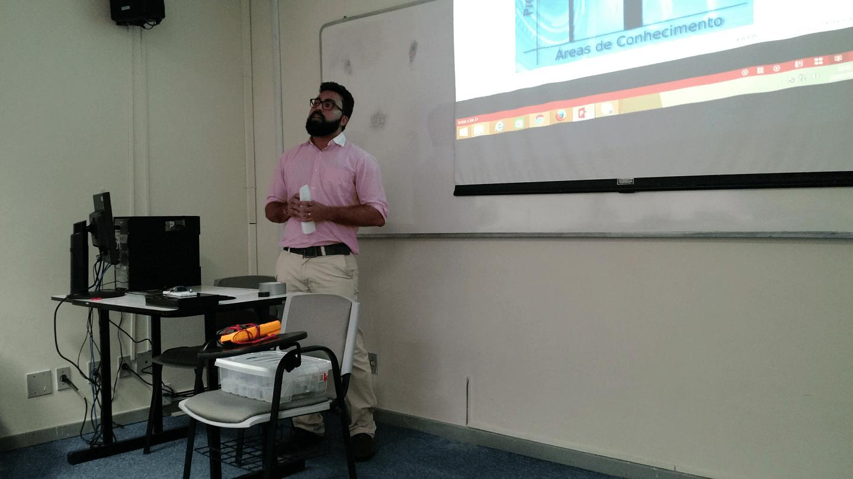 Leonardo apresentou como as diferentes áreas de conhecimento interagem em Projetos de IoT.