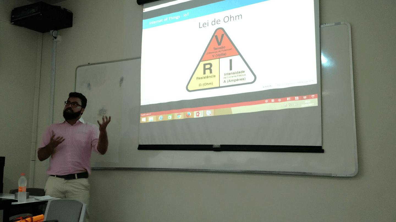 Leonardo Ribeiro Fernandes apresentou que os conhecimentos técnicos ministrados nos Cursos de Ciência da Computação e de Engenharias da UVA são essenciais para Desenvolvimentos de Projetos de IoT.