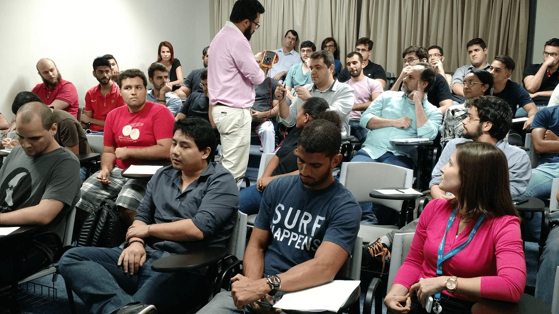 Leonardo Ribeiro Fernandes demonstrou, junto com os participantes no evento, o comportamento da variação de resistência de um termopar em função da temperatura, que são largamente utilizados em Projetos de IoT.