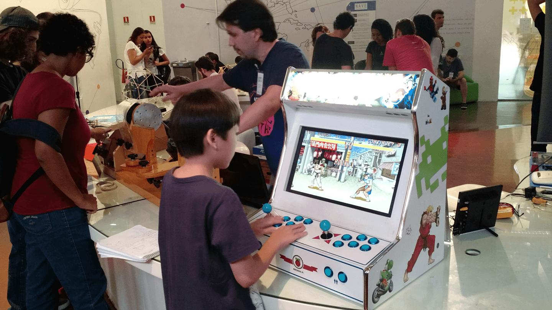 Fernando Hiroshi Fukuda curtiu o Bartop Arcade construído pelo Prof. André Sarmento.