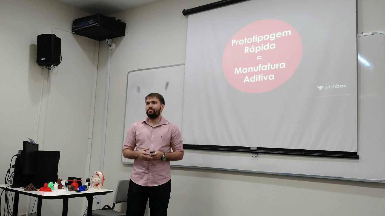 O Pedro Accioly apresentou os conceitos envolvidos em impressão 3D.