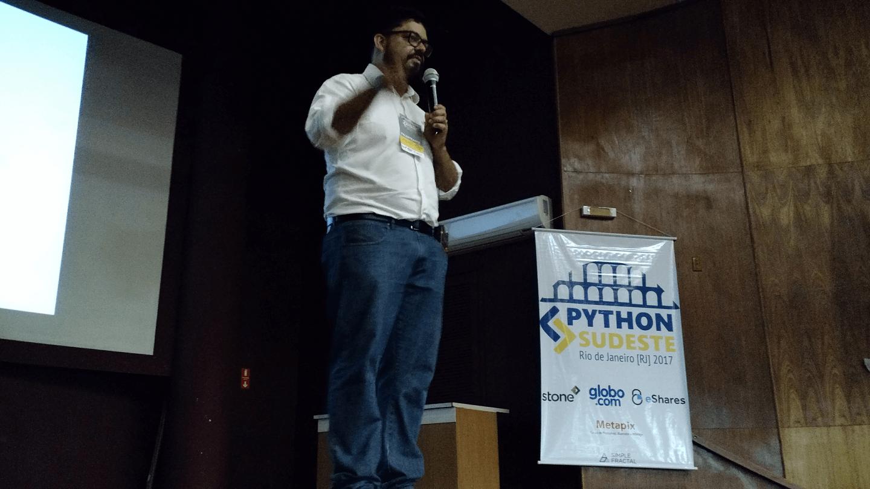 """O Andre Fonseca apresentou a palestra """"Microserviços e o problema dos dados distribuídos""""."""
