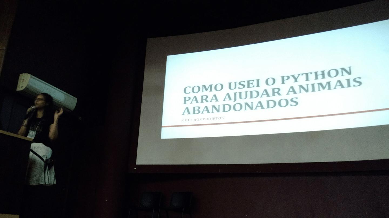 """A Annanda Sousa apresentou a palestra """"Como usei Python para ajudar animais abandonados""""."""