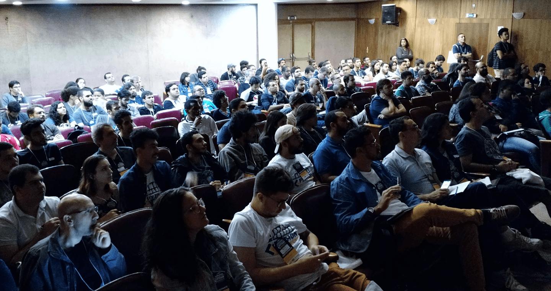 """As palestras do evento """"Python Sudeste 2017"""" foram ministradas por palestrantes renomados da Comunidade Python no dia 05 (08:00 às 18:00) e 06 (08:30 às 13:00) de maio de 2017 no auditório do Clube de Engenharia com aproximadamente 400 participantes."""
