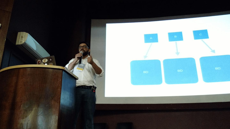 O Andre Fonseca apresentou os aspectos envolvidos em dados distribuídos.