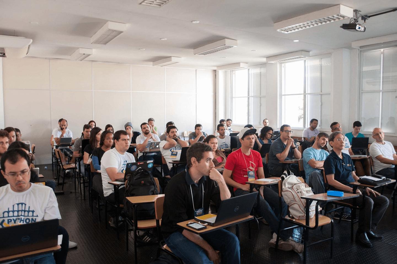 """Sala lotada de participantes no Tutorial """"Prevendo o Valor de Ações com Python e Machine Learning"""" ministrado pelo Igor Santos no """"Python Sudeste 2017"""", com a participação do Dr. Fukuda."""
