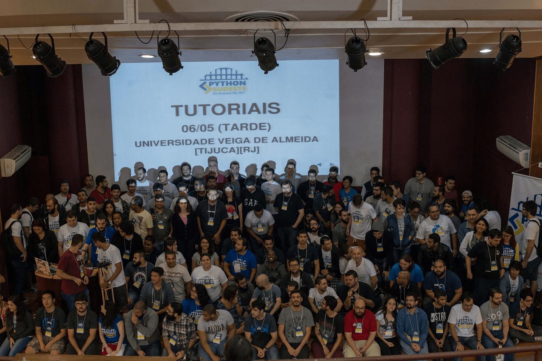 A Comunidade Python e os Participantes comemoraram a conclusão das palestras no Clube de Engenharia e partiram para os Tutoriais no Campus Tijuca da UVA.