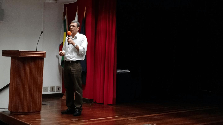 """O Prof. Dr. Eng. Anderson Amendoeira Namen ministrou a palestra """"Segurança Cibernética de Infraestruturas Críticas: Análises e Recomendações"""" no turno da noite."""