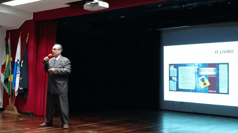 """O Prof. Dr. Eng. Carlos Alberto Alves Lemos ministrou a palestra """"Segurança Cibernética de Infraestruturas Críticas: Análises e Recomendações"""" no turno da noite."""