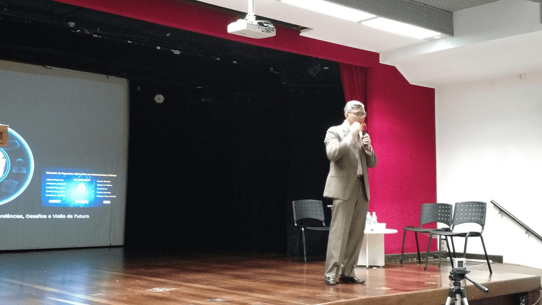 """Dr. Paulo Pagliusi ministrou a palestra """"Riscos Cibernéticos em Infraestruturas Críticas: Tendências, Desafios e Visão de Futuro""""."""