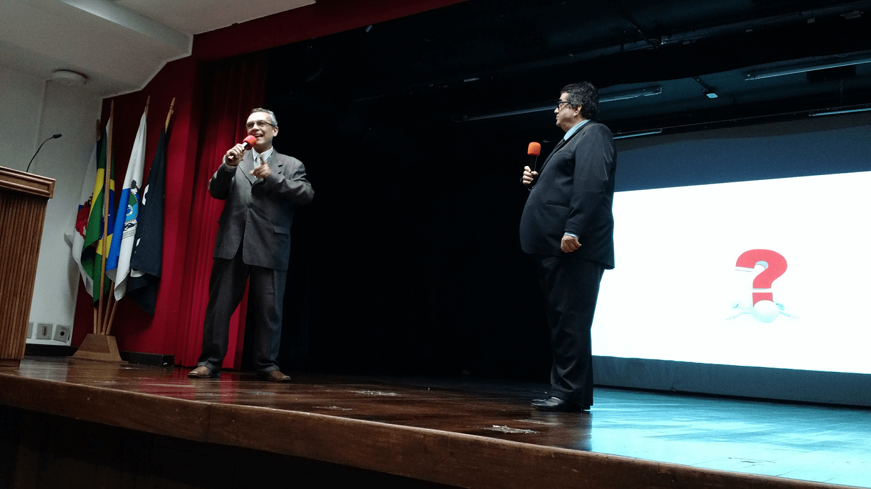 """O Prof. Guilherme Neves Lopes e o Prof. Dr. Eng. Carlos Alberto Alves Lemos responderam as perguntas dos participantes na palestra """"Normas de Segurança de Automação no Setor Elétrico: As principais Vulnerabilidades e as Ações Para Proteger as Novas Estruturas de Smart Grid""""."""