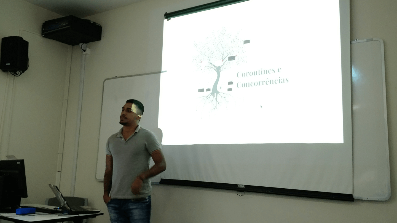 "O Kauêh Moreno apresentou a palestra ""Coroutine e concorrência - Python""."