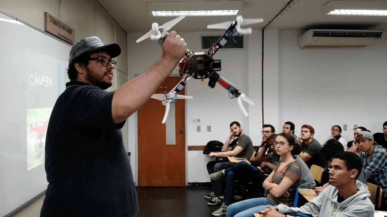 """O Cayo César, Estudante do Curso de Engenharia da Computação, Membro da Equipe BLUEBOTS UVABOTS de Projetos de Iniciação Científica do Campus Tijuca, Empresário, apresentou a palestra """"Drones da Montagem a Pilotagem"""" e o Drone construído com partes criadas em impressora 3D."""
