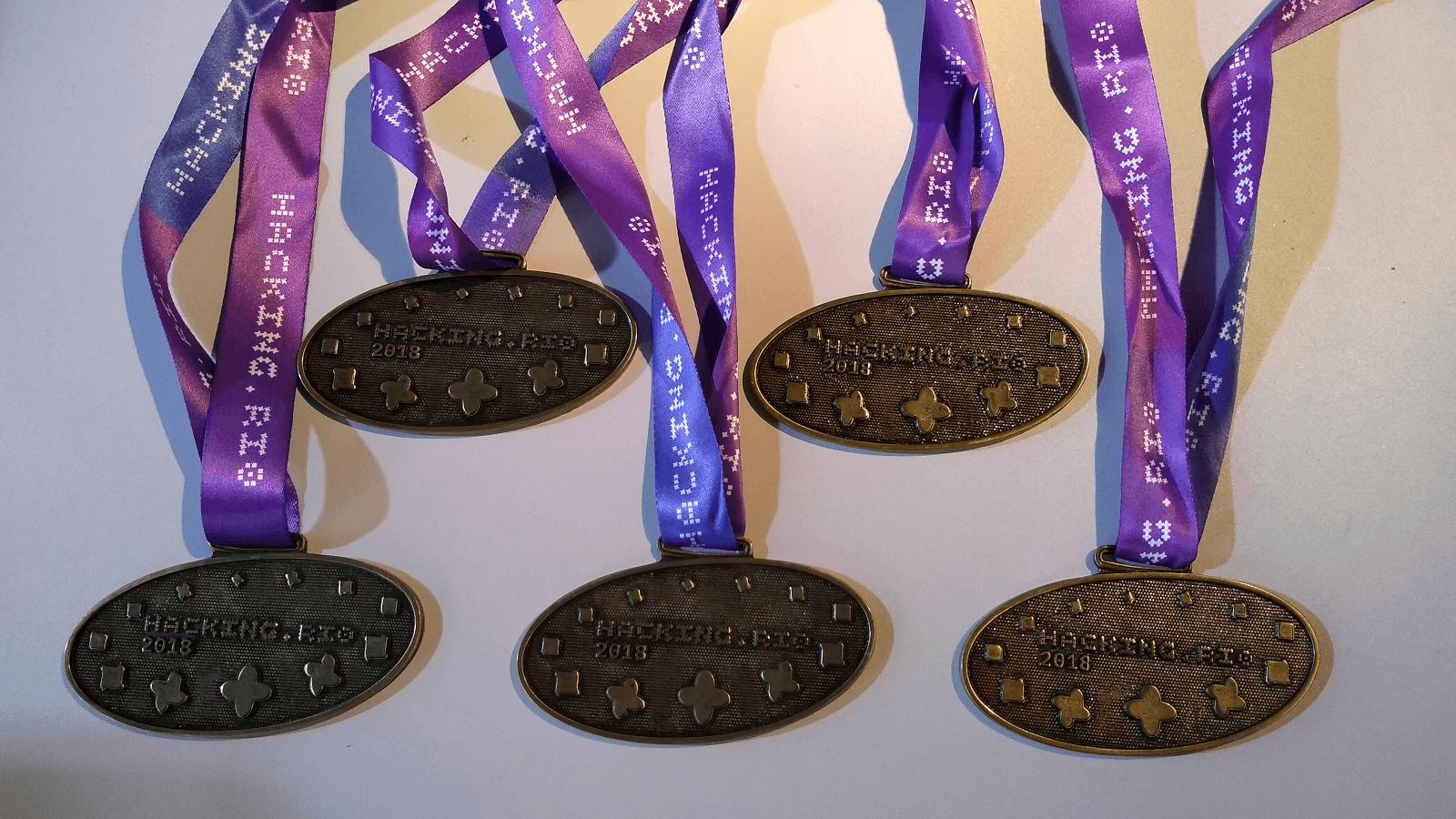 As medalhas para os vencedores do Cluster de Segurança e Defesa foram ficaram sob a guarda do Prof. Dr. Fukuda.