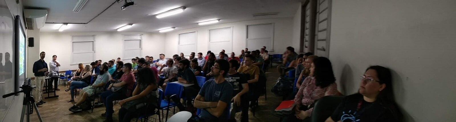 Contamos com as participações de aproximadamente 100 estudantes, professores e convidados, que lotaram a sala do evento.