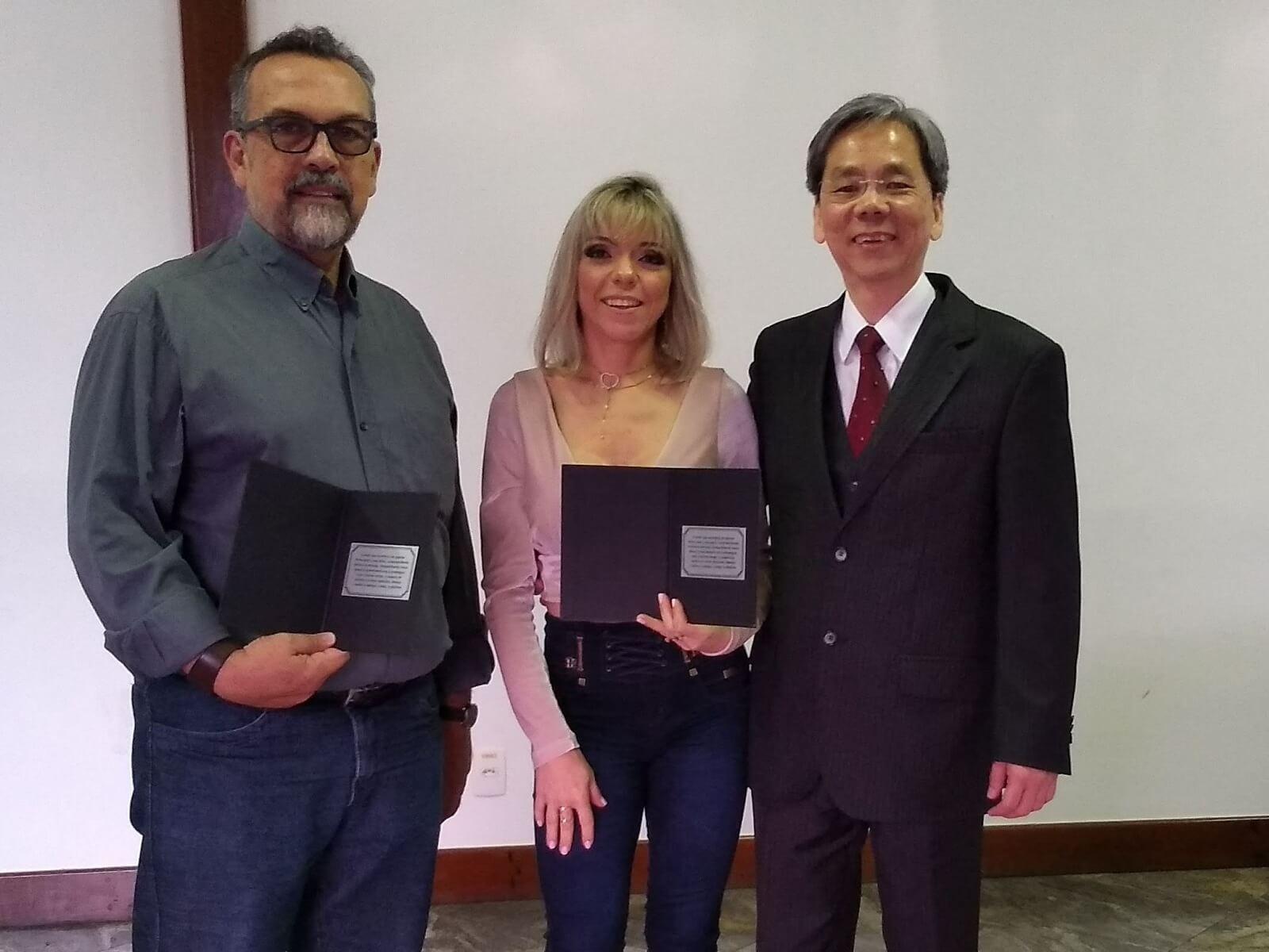 O Prof. Dr. Eng. Fernando Hideo Fukuda, CEO na Fukuda Solutions, a Prof.a. Camilla Lobo Paulino e o Prof. Carlos Alberto Alves Lemos comemoraram com as Homenagem dos Formandos em 2018-1 em Ciência da Computação, após a Solenidade de Colação de Grau.