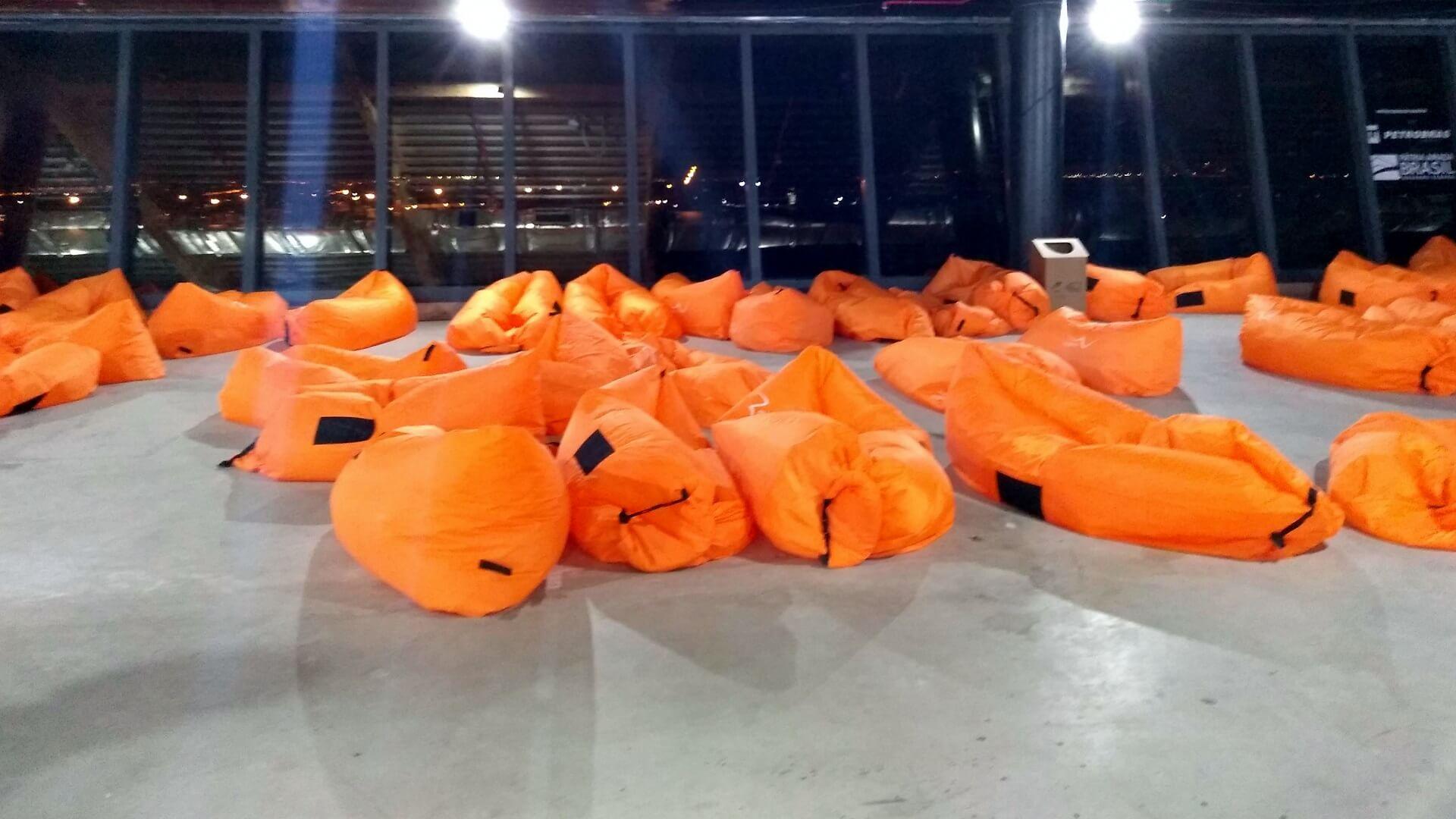 A organização do Hacking Rio 2019 disponibilizou colchões infláveis para descanso e recuperação de energia dos hackers.