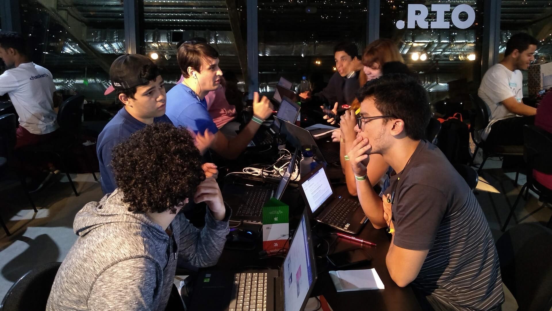 A satisfação foi ainda maior em ser Mentor de 2 Times formados pelos Membros da Equipe de Robótica RedBone UVABots, de Estudantes dos Cursos de Ciência da Computação e de Engenharia de Computação do Campus Tijuca da UVA.